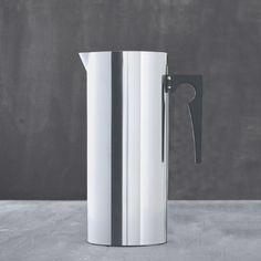 Cylinda-Line jug with icelip from Stelton. Contain 2L. Design: Arne Jacobsen.