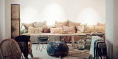 Coup de coeur pour la nouvelle boutique Maison de Vacances à Paris Small Apartment Bedrooms, Apartment Bedroom Decor, Small Rooms, Small Apartments, Pink Bedroom Decor, Simple Bedroom Decor, Cozy Bedroom, Living Room Modern, Living Room Interior