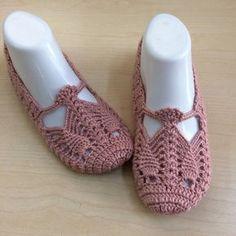 Learn How To Crochet Drawstring bag Crocodile Stitch - Crochet Winter Crochet Slipper Pattern, Crochet Shoes, Crochet Slippers, Knit Crochet, Crochet Winter, Crochet Drawstring Bag, Braidless Crochet, Crocodile Stitch, Crochet Potholders