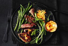 Hüferlsteaks mit Fisolen und Tomatenbutter Steaks, Grill Pan, Grilling, Beef, Dishes, Food, Schnitzel Recipes, Easy Meals, Beef Steaks