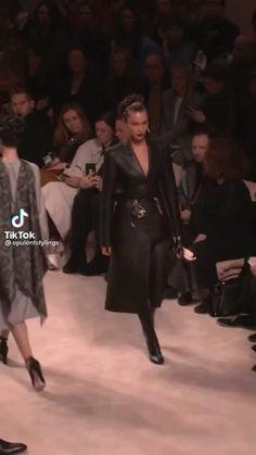 Bella Gigi Hadid, Bella Hadid Outfits, Runway Fashion, Fashion Models, Fashion Show, Moss Fashion, Modelos Fashion, Versace Dress, Famous Models