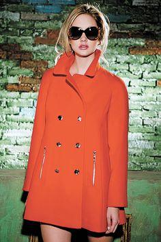 """Fatal. De rojo, lista para atacar. Este abrigo sacará, de la mujer que lo luzca, a la seductora """"que roba las miradas por donde va"""". De la colección 2013 - 2014."""