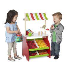 Comme au vrai marché ! Installe ta marchande, range les fruits et légumes dans tes bacs et c'est partie pour une journée de vente ! Donne ton panier à tes clients, pèse tout ce qu'il se trouve dans le panier et passe en caisse ! C'est partie pour une belle journée de vente. <br>Comprend : marché en bois avec auvent, 8 fruits factices, 4 légumes factices, 1 caisse enregistreuse avec tiroir, 1 balance, 1 panier de courses.<br><br>Dimensions assemblée : 44cm x 89cm...