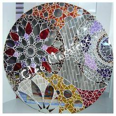 Mandala em Mosaico de Vidro e Espelho, trabalhada sobre MDF. Produto para uso Interno. Não expor ao calor e à úmidade. R$ 315,00