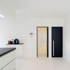 Zwarte binnendeuren met minimalistische zwarte blokkader | Interiors ...