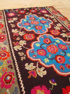 Tapis Roumain aux couleurs vives  | LES PETITS BOHEMES Funky Decor, Boho Decor, Beautiful Prayers, Traditional Rugs, Vintage Children, Decoration, Kids Rugs, Tapestry, Bucharest
