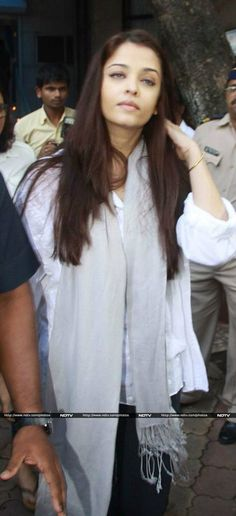Aishwarya at Madhuri's father's prayer meet {17.9.13}