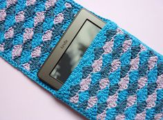 Crochet Phone Case Patterns Ravelry: Shelly Kindle e reader cover or cosy / cozy free pdf pattern by Jane Howorth - A neat, well-fitting cover for your e reader. Crochet Tablet Cover, Crochet Case, Crochet Phone Cases, Crochet Books, Crochet Purses, Crochet Crafts, Yarn Crafts, Crochet Projects, Free Crochet