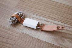 Nie wieder verknotete Kabel in der Tasche oder hektisches Gewühle auf der Suche nach dem Stecker. Fassen Sie mit diesem Kabelbinder aus echtem Leder ihr Zubehör ganz einfach zusammen und haben Sie alles griffbereit. Das hier ist meins! Lassen Sie sich ihre Initialen auf ihrem Kabelbinder einprägen und setzen Sie ein Statement mit Stil. Lassen Sie KOSTENLOS Ihre Initialen gravieren. Einfach die gewünschten Buchstaben beim Abschließen der Bestellung im Kommentarfeld hinterlassen. *Das…