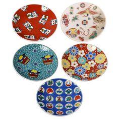 九谷焼らしい鮮やかな色合いで、お正月やお祝いの席にふさわしい縁起柄の豆皿です。取皿にもおしょうゆ皿にも活用できます。化粧箱入りだからギフトにも。