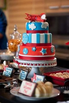Stars and stripes and planes. This cake is definitely memorable.