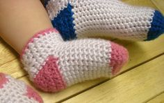 Crochet Baby Shoes Down-loadable PDF crochet pattern found here Basic Materials needed for pattern: *H and I hook *Worsted weight yarn, I used Caron Simply Soft but I think a nice wool such as cascade 220 would work. Crochet Baby Socks, Crochet Socks Pattern, Crochet Toddler, Crochet Slippers, Love Crochet, Crochet For Kids, Crochet Patterns, Booties Crochet, Crochet Shoes