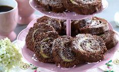 Dette er en lettbakt og god kake, som i tillegg er glutenfri. Rullekaken fylles med en deilig smørkrem med smak av sirup og Daim-kuler. For å få en vellykket rullekake er det viktig at egg og sukker piskes godt til en tykk eggedosis. Doughnut, Tin, Muffins, Gluten Free, Cookies, Chocolate, Breakfast, Sweet, Desserts