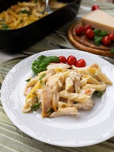 Ibland är det enklaste det godaste och denna rätt är ett ypperligt exempel på det! En riktigt god ugnsbakad pasta alfredo som blir sådär härligt krämig. Med få ingredienser får man till en kalasmiddag, kan inte bli bättre. 4 stora portioner ugnsbakad pasta alfredo 400 g penne pasta 3 st kycklingfilé 1 msk grillkrydda 2 msk rapsolja Såsen: 3 st vitlöksklyftor 1 liter mjölk (valfri fethalt) 5 msk mjöl 200 g riven ost av valfri sort 1-2 st hönsbuljongtärning (justera saltsmaken själv)… Pasta Recipes, New Recipes, Chicken Recipes, Dessert Recipes, Desserts, Swedish Recipes, Bon Appetit, Food For Thought, Food Pictures