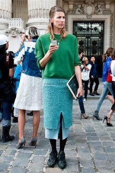 【ELLE】「ナイキ」で仕上げるモードなスカートスタイル|エル・オンライン