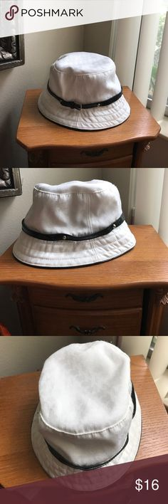 Sexy / classy / cute hat! Please check out my bundle deals, love notes, or feel free to make an offer!! 😍💕⭐️🎉🌸 New York & Company Accessories Hats