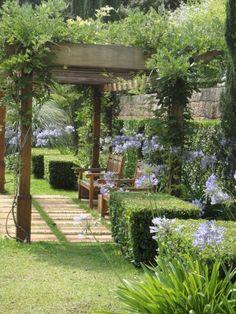 O canto do pergolado ficou mais refrescante graças às plantas que recobrem sua estrutura