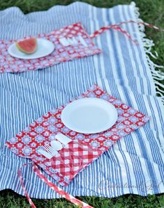 picnic pocket placemat on blanket cg Sewing Projects, Sewing Crafts, Fabric Crafts, Sewing Ideas, Sewing Patterns, Diy Projects, Sac Lunch, Picnic Plates, Diy Pochette