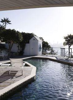 Sillones de diseñador con reposera al lado de la piscina ;)