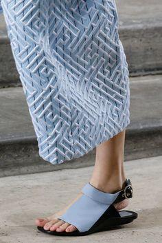 Kenzo Spring 2015 Ready-to-Wear Fashion Show Fashion Details, Fashion Design, Fashion Trends, London Fashion, Himmelblau, Fabric Manipulation, Spring 2015, Kenzo, Designer Shoes