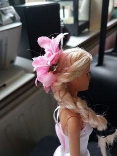 Ik heb de haren in drieën gesplitst en de twee plukken aan de zeikant een vlecht in gemaakt en de pluk in het midden los gelaten en van die drie plukken heb ik ook een vlecht gemaakt en dan heb ik er een bloem in gezet