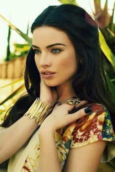 Natural makeup, dark hair, green eyes