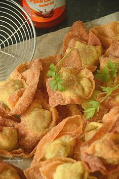 pangsit pangsitYou can find indische hapjes and more on our website Veggie Recipes, Appetizer Recipes, Healthy Recipes, Veggie Food, Orange Recipes, Asian Recipes, B Food, Indonesian Food, Indonesian Recipes