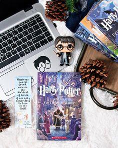 Deco Harry Potter, Harry Potter Theme, Harry Potter Aesthetic, Harry Potter Books, Fantastic Beasts Book, Hogwarts, Slytherin, Book Photography, Book Nerd