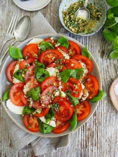Tomat- og mozzarella-salat – Food On The Table – Oppskrifters Gourmet Recipes, Healthy Recipes, Appetizer Salads, World Recipes, Snacks, Caprese Salad, Mozzarella, Tapas, Side Dishes