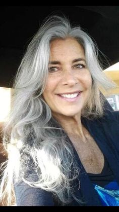 """Translated from blog: ...very long hair! J'adore! It is certain that this woman does not go unnoticed with his silver hair. It's a safe bet that she would be much more bland and """"mat"""" with coloring."""