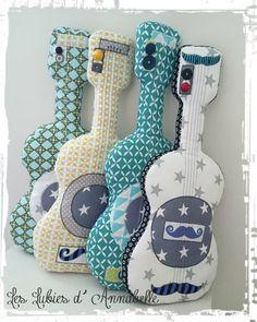 Doudou/coussin Guitare tissu moustache et étoilé