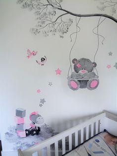 Babykamer muurschildering me2you met speelgoed in grijstinten met zachtroze