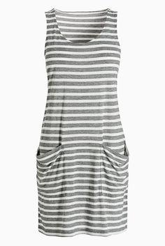 Kleid mit Taschendetails  Grau gestreift: 67% Viskose, 33% Polyester. Blau und Neon: 50% Viskose, 50% Polyester.  Hübsches, ärmelloses Sommerkleid aus weichem, leichtem Gewebe und Vordertasche....