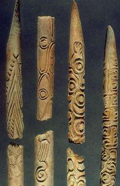 Baguettes demi-rondes à décor géométrique Magdalénien: Vers 17000-10000 av. J.-C. Grotte d'Isturitz Os gravé