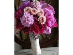 Ramo de novia con broche de color rosa