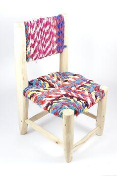 Petite chaise entièrement réalisée à la main. L'assise et le dossier sont confectionnés par des femmes marrakchis qui récupèrent des tissus de coton colorés et les tressent.