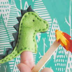 How to make a dragon finger puppet with felt.FREE pattern to download plus detailed tutorial
