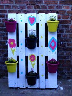 #RepurposedPallet, #Vertical Je cherchais un endroit où mettre des plantes mais je n'avais pas la possibilité de les accrocher au mur, j'ai donc réaliser un support à l'aide d'une palette recyclée.