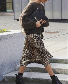 How cool looks this stylish slip dress leopard print with coat trench and black boots. You must have this look in your wardrobe this spring 2019 Fall Fashion Outfits, Look Fashion, Trendy Fashion, Autumn Fashion, Womens Fashion, Skirt Fashion, Nordic Fashion, Looks Chic, Weekend Outfit