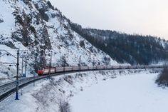 """Há algum tempo tenho ouvido falar da famosa Rota Transiberiana, a maior rodovia do mundo, que fica na Russia. Fiz um estudo de como seria uma viagem para lá, custos e outros detalhes e compilei nesse artigo. A Russia é opaís com maior área do planeta, cobrindo mais de um nono da área terrestre. Elafica...<br /><a class=""""more-link"""" href=""""https://catracalivre.com.br/geral/viagem-acessivel/indicacao/rota-transiberiana-dois-continentes-oito-fusos-e-mais-de-160-horas-de-viagem/"""">Continue lendo…"""
