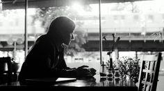 Oh Boy · Trailer - Den tyske film 'Oh Boy' handler om den unge dagdriver Niko, der er droppet ud af universitetet. Som han går gennem gader og stræder betragter han de forskellige mennesker med en distanceret nysgerrighed.  Pludseligt ændrer hans liv kurs. Hans kæreste forlader ham, faren stopper de økonomiske tilskud, og en psykiater erklærer at Niko er følelsesmæssigt ustabil. Nikos liv ligger i ruiner, og det eneste, han kan samle sig om, er at finde en ordentlig kop kaffe.