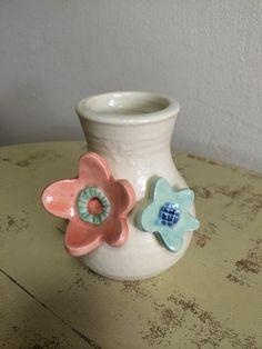 温かみのある白い土に花モチーフでアクセントをつけた花瓶です。色とりどりのブーケを活けたり葉っぱを活けるだけでもかわいいインテリアになります。陶器にはあらかじめ...|ハンドメイド、手作り、手仕事品の通販・販売・購入ならCreema。
