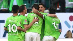 BL-Relegation/Hinspiel: Wolfsburg - Braunschweig 1:0 - Wolfsburger Jubeltraube im Spiel gegen Braunschweig