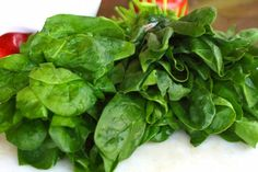 Like other dark green, leafy vegetables, spinach is a nutritional powerhouse. Because all methods of cooking destroy some nutritional value, the best way to maximize nutrient intake is to eat fresh spinach raw. Cook Fresh Spinach, Steamed Spinach, Steamed Vegetables, Spinach Leaves, Healthy Vegetables, How To Steam Spinach, Veggies, Legumes No Vapor, Recipes