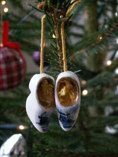 These stoneware 'wooden' shoes were bought as a 'kitchy' Dutch  souvenir once. Don't they make nice ornaments for my christmas tree ?
