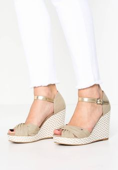 "Tommy Hilfiger. ELENA - Wedge sandals - olive. Pattern:plain. Platform height:1.0 "" (Size 4). heel height:3.5 "" (Size 4). Heel type:wedge,platform toe. Insole:leather-textile combination. Sole:synthetics. Shoe tip:open. Padding type:Cold paddin..."