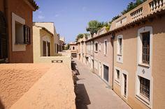 Malorka DOM číslo 33: 4-izbový dom s tromi spálňami, dvomi kompletnými kúpeľňami s toaletou, vhodný pre 6 až 8 osôb. Dom je naďalej vybavený obývacou izbou, jednou samostatnou toaletou a má veľkú kompletne vybavenú kuchyňu. Domček má záhradu, ktorá je priamo pri bazéne, čo využijú najmä rodičia s väčšími deťmi, ktoré tak majú postarané o zábavu po celý čas, čo sa rodina nachádza v dome. http://www.holamallorca.net/ubytovanie