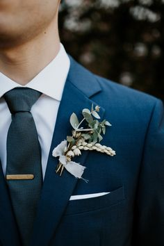 Simple yet whimsical boutonniere | Image by Corinna Alexandra Photo