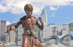A statue of Bruce Lee on the Avenue of Stars, Hong Kong - A tribute to the city's martial arts and one of its most famous celebrities. Wassily Kandinsky, Hong Kong Movie, Bruce Lee Quotes, Bruce Lee Facts, Jeet Kune Do, Hongkong, Belize City, Street Fights, Skyline