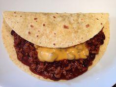 Un salto nella cucina messicana con un tocco di … utopia Ingredienti per il condimento di 8 tortillas messicane: 2 cucchiai di Olio EVO 1 cipolla (meglio se rossa di Tropea) 600g di carne rossa macinata Sale q.b. Mix di spezie per Chili (paprika, peperoncino piccante, cumino, coriandolo, chiodi di garofano) il tutto macinato fine 1 barattolo di fagioli rossi 300g salsa barbecue (ottima questa ricetta di Un' Americana in cucina) 1 bicchiere d'acqua